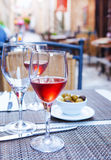 Verres de vin rosé sur la table Photo stock