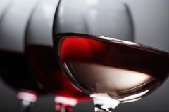 Verres de vin rose, rouge et blanc Photographie stock libre de droits