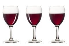 Verres de vin rouge avec le réflexe différent photographie stock