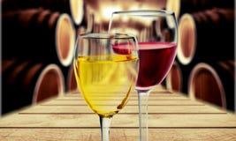 Verres de vin rouge et blanc sur brouillé image libre de droits
