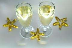 Verres de vin scintillants de Noël avec le champagne Images libres de droits