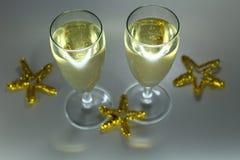 Verres de vin scintillants de Noël avec le champagne Images stock