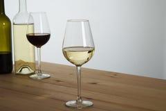 Verres de vin sur la table Photo stock