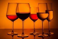 Verres de vin sur le bleu Photographie stock libre de droits