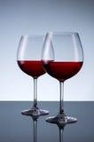 Verres de vin sur un fond clair Photos stock