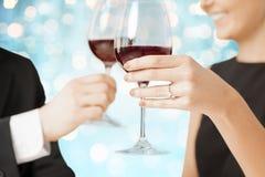 Verres de vin tintants engagés heureux de couples Photos libres de droits