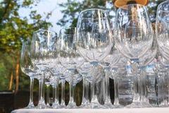 Verres de vin vides dans la rangée sur la table de restaurant Images libres de droits
