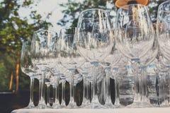 Verres de vin vides dans la rangée sur la table de restaurant Image libre de droits