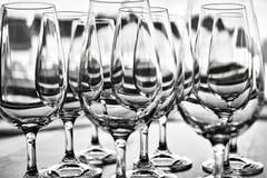 Verres de vin vides dans la rangée sur la table Images libres de droits