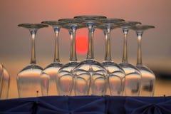 Verres de vin vides pendant le coucher du soleil sur la plage dans un restaurant, Thaïlande Photos libres de droits