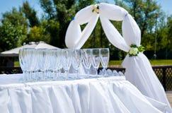 Verres de vin vides sur la cérémonie de mariage Photos stock