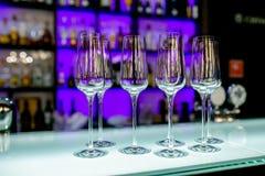 Verres de vin vides sur la table de barre dans le restaurant Arrangement de Tableau pour la c?l?bration Service de banquet, nourr photo stock