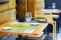 Verres de vin vides sur la table de barre de rue dans San Sebastian photos libres de droits