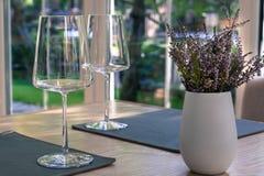 Verres de vin vides sur la table dans le restaurant Le vintage a dénommé la photographie, maquette de produit illustration libre de droits