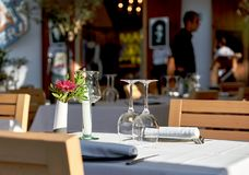 Verres de vin vides sur une table Image stock