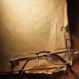 Verres de vintage sur le vieux papier photographie stock libre de droits