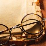 Verres de vintage sur le vieux papier photo libre de droits