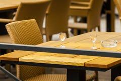 Verres de vodka sur la table Photo libre de droits