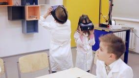 Verres de VR et éducation moderne du ` s d'enfants banque de vidéos