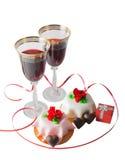 Verres du vin rouge, du boîte-cadeau et du gâteau d'isolement Photos libres de droits