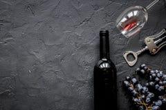Verres du vin rouge et de la bouteille sur la maquette foncée de vue supérieure de fond Images stock
