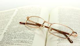 Verres en bronze sur le dictionnaire Photos libres de droits
