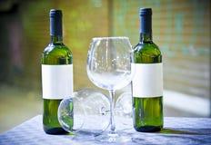 Verres et bouteille d'un vin blanc à Palerme, Italie Image libre de droits