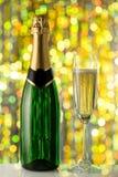 Verres et bouteille de champagne, serpentins Image libre de droits