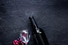 Verres et bouteille de vin sur le copyspace en pierre noir de vue supérieure de fond de table Images libres de droits