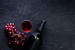 Verres et bouteille de vin sur le copyspace en pierre noir de vue supérieure de fond de table Photographie stock libre de droits