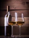 Verres et bouteilles de vin Photo stock