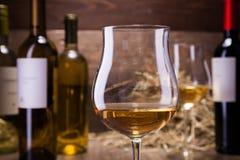 Verres et bouteilles de vin Photographie stock libre de droits