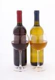 Verres et bouteilles de vin exceptionnellement sur le blanc Image stock