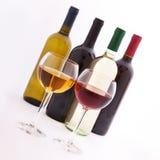 Verres et bouteilles de vin exceptionnellement sur le blanc Photos stock