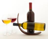 Verres et bouteilles de vin exceptionnellement sur le blanc Image libre de droits