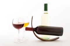 Verres et bouteilles de vin exceptionnellement sur le blanc Images libres de droits