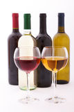 Verres et bouteilles de vin exceptionnellement sur le blanc Images stock