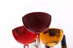 Verres et bouteilles de vin exceptionnellement sur le blanc Photo libre de droits