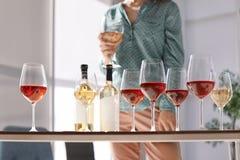 Verres et bouteilles de vin et de femme brouillée Images stock