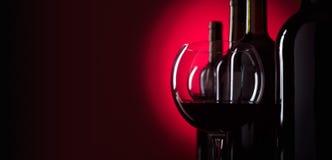 Verres et bouteilles de vin rouge Photos stock