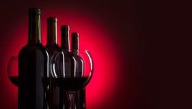 Verres et bouteilles de vin rouge Photographie stock libre de droits