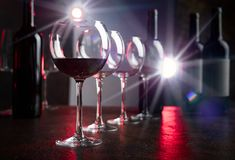 Verres et bouteilles de vin rouge Images libres de droits