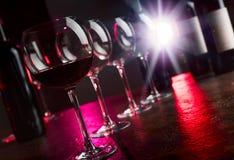 Verres et bouteilles de vin rouge Photo libre de droits