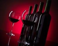 Verres et bouteilles de vin rouge Photos libres de droits