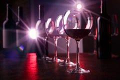 Verres et bouteilles de vin rouge Photographie stock