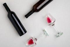 Verres et bouteilles de vin rouge et blanc sur le fond blanc de la vue supérieure Photographie stock