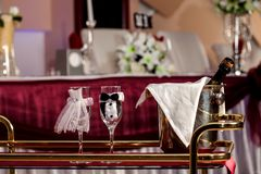 Verres et champagne de jeunes mariés sur la table décorée Photos stock
