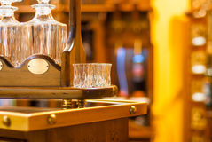 Verres et décanteurs pour le vin sur un support en bois Photos stock