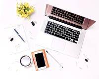 Verres et fleurs de téléphone portable de café de clavier d'ordinateur portable d'espace de travail Photographie stock