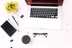 Verres et fleurs de téléphone portable de clavier d'ordinateur portable de café d'espace de travail Images stock